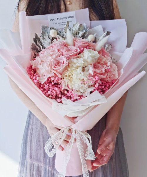 冬日可愛粉紅色玫瑰永生花束